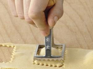 stampo ravioli manico legno quadrato